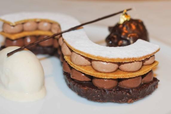 Dessert chocolat: ganache, mousseline légère, croustillant et sorbet à la fève tonka