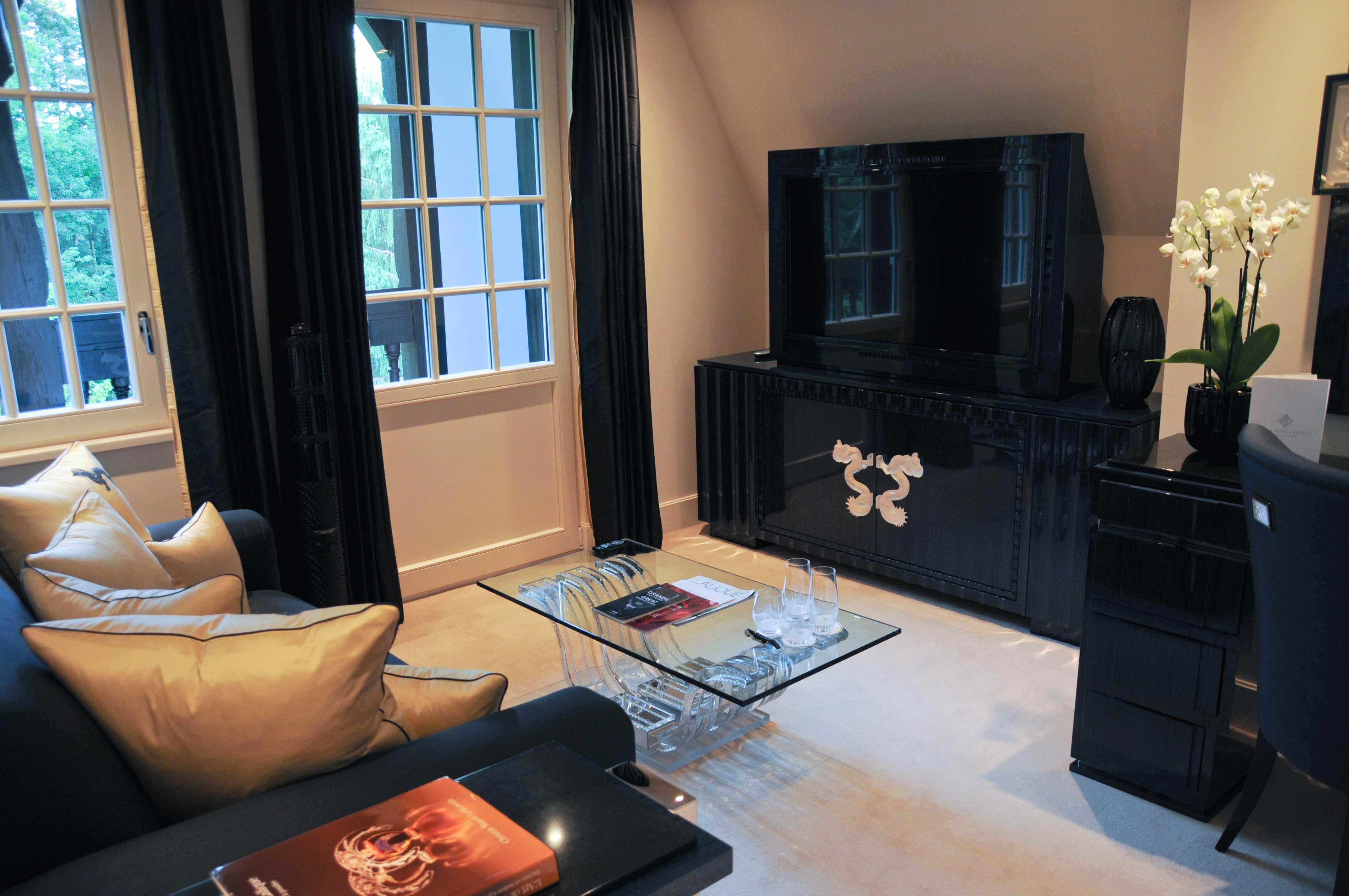 suite dragon villa ren lalique 10. Black Bedroom Furniture Sets. Home Design Ideas