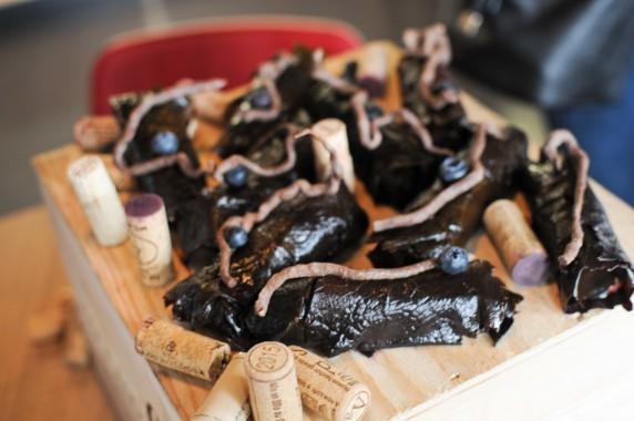 feuilles de vigne pochées, confit de vin cassis, raisin blanc et noir