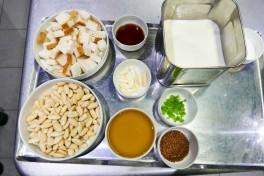 Déposer une couche de gros sel gris de Guérande au fond d'un plat. Ajouter quelques brins de serpolet et thym citron. Poser les filets de maquereau et ajouter de nouveau du sel de Guérande sur les filets. Laisser mariner 10 minutes.