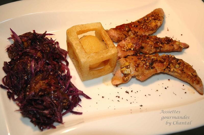 Aiguillettes de canard laquées aux épices, chou rouge aux figues et pomme de terre en cage