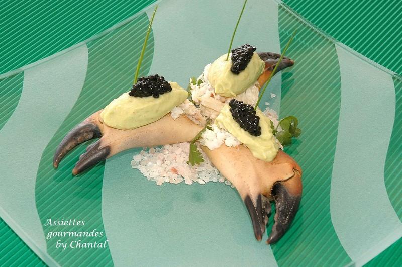 Pinces de tourteau décortiquées, glace à l'avocat et caviar de harengs fumés