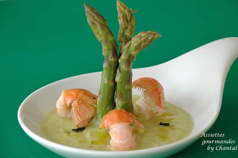Pointes d'asperges vertes en gaspacho, langoustines et vinaigrette à la truffe