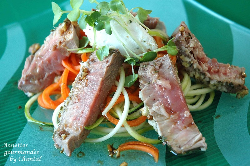 Thon rouge grillé, relevé d'un tartare de chèvre frais/wasabi, méli-mélo de légumes croquants