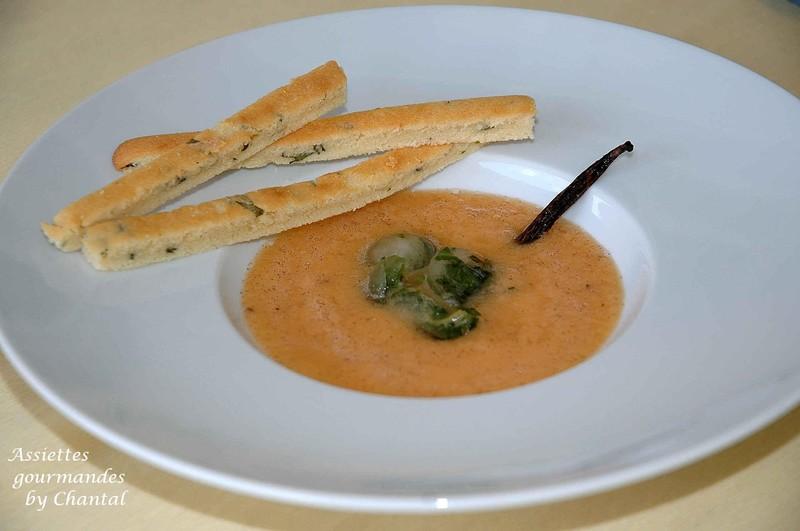Soupe de melon aux pépites glacées de basilic et gressins de crème d'amande