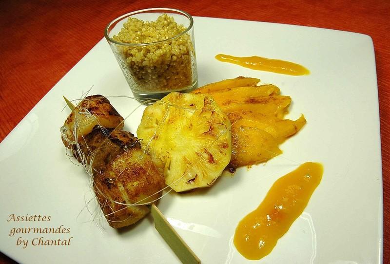 Recette de fêtes: brochette de St-Jacques et foie gras aux épices, mangue et ananas caramélisés et caramel de mangue