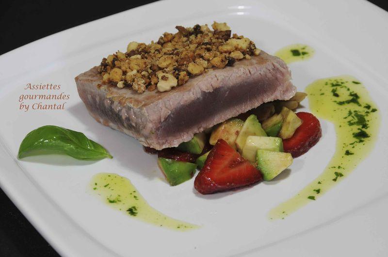 Thon mi-cuit en crumble, fraises et avocat au balsamique