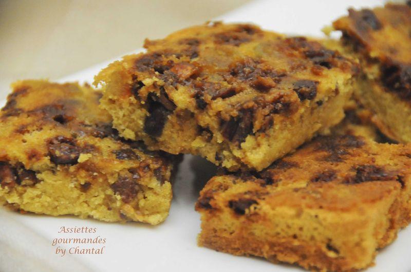 Brownie blanc, zestes d'orange confits et cacahuètes caramélisées