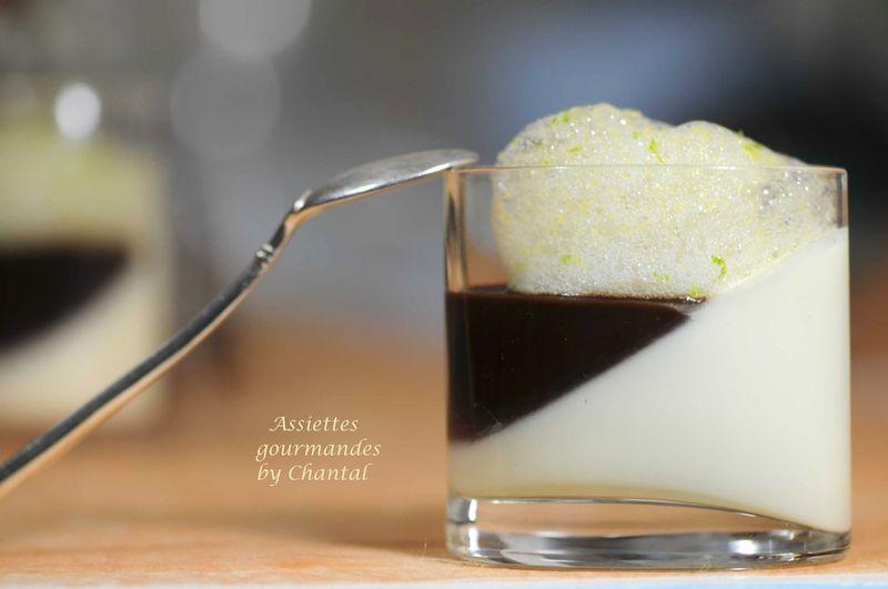 Panna cotta chocolat blanc gingembre, coulis de chocolat et air de combawa