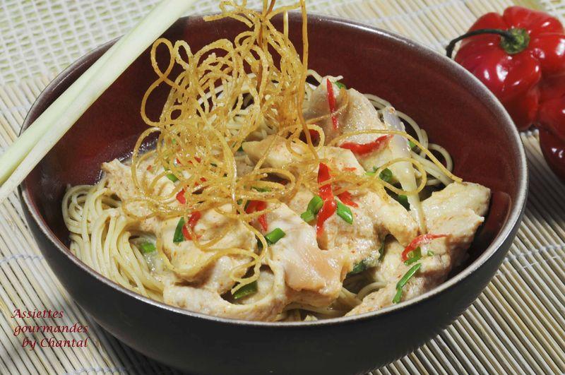 Nouilles chinoises, poulet au curry rouge et coco