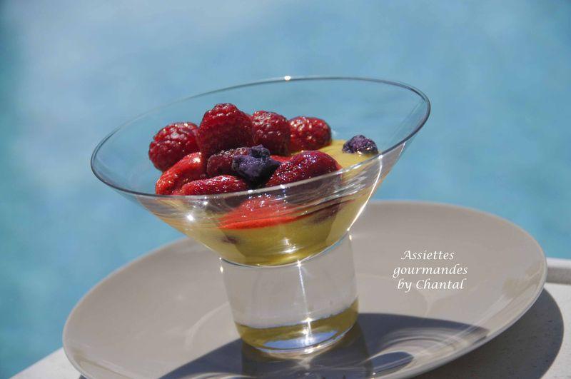 Crémeux citron huile d'olive, fraises, framboises et coulis au miel de lavande