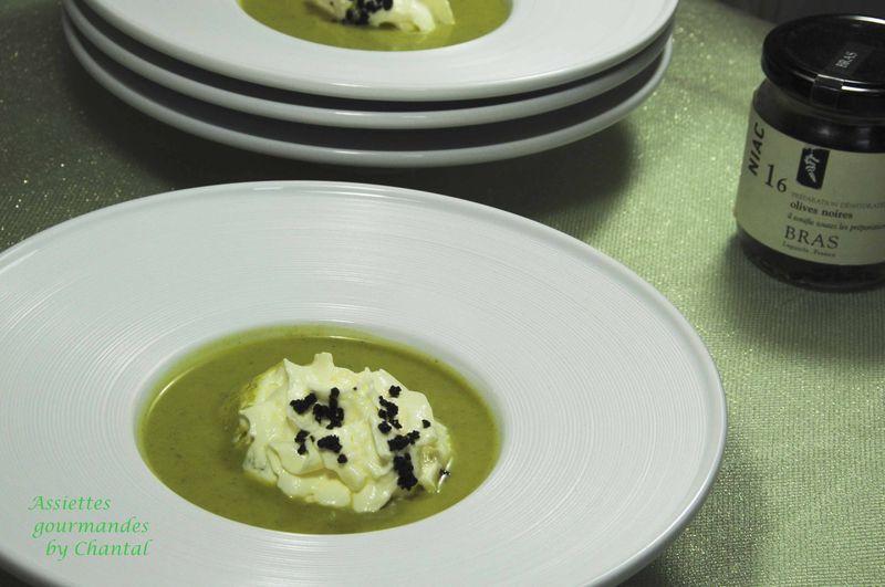 Velouté glacé de courgettes, espuma chèvre et olives noires