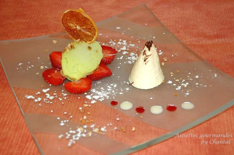 Cône de citron, crème glacée à la pistache sur lit de fraises