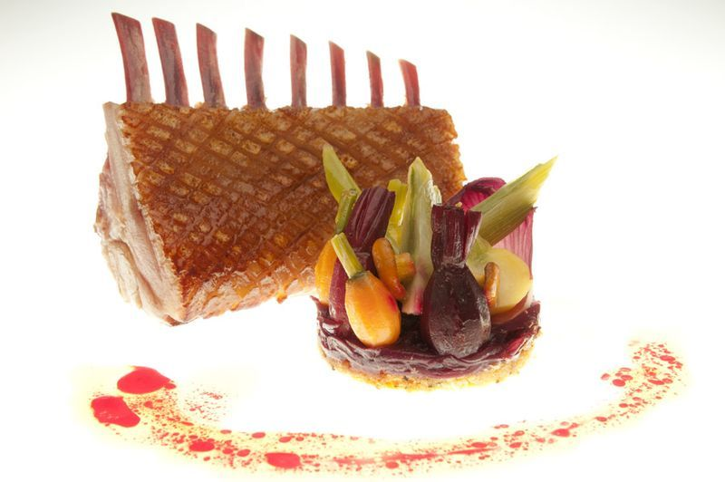 Carré d'agneau caramélisé aux épices, tarte aux légumes