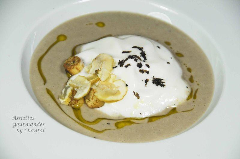 Soupe de châtaignes et espuma de parmesan en chaud-froid
