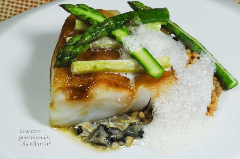 Cabillaud, tartare d'huîtres, asperges en 2 cuissons et émulsion iodée sur un fond de Frégola Sarda