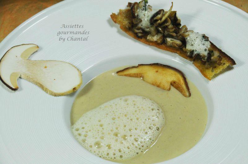 Velouté de cèpes, fine mouillette en cru cuit