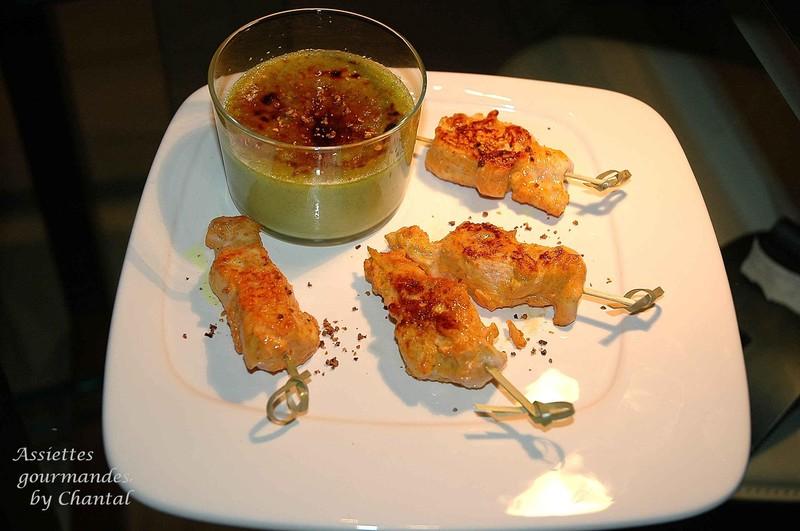 Crème brûlée aux petits pois et curry, et ses mini brochettes tandoori