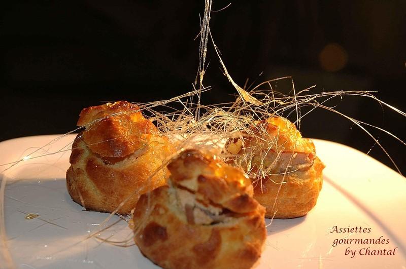 Pluie de caramel sur profiteroles au foie gras
