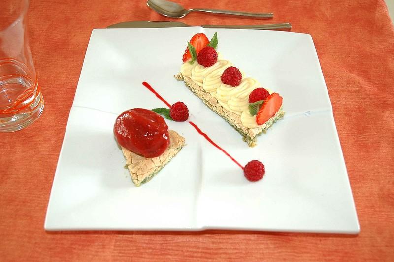 Dacquoise pistache et crème légère au chocolat blanc, sorbet framboise
