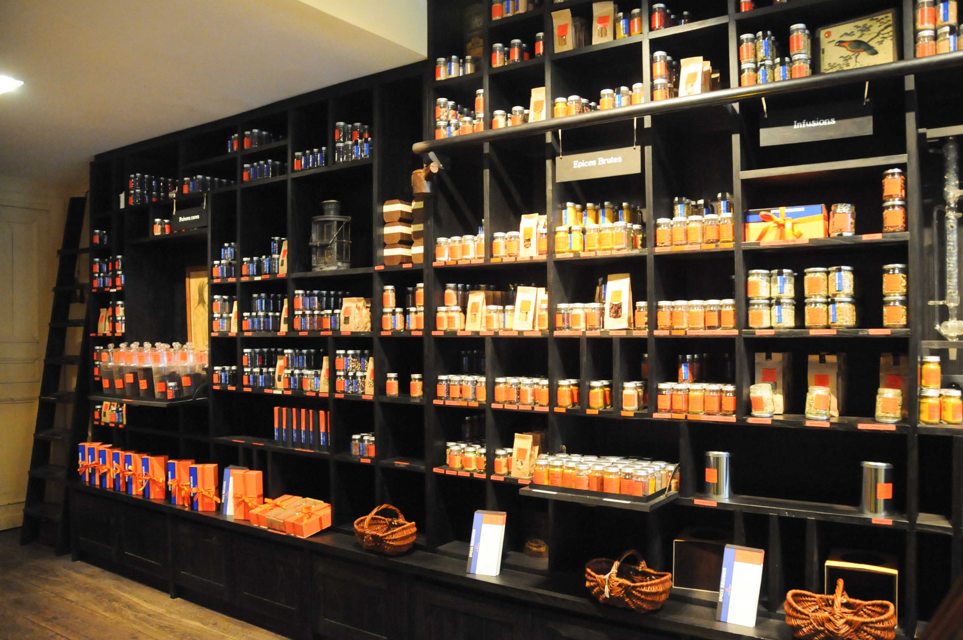 Dans sa boutique, des rayons remplis de petits flacons plus ou moins  grands, et dans ces flacons, de merveilleux mélanges savamment dosés pour  permettre à ... 5757da1f3b9