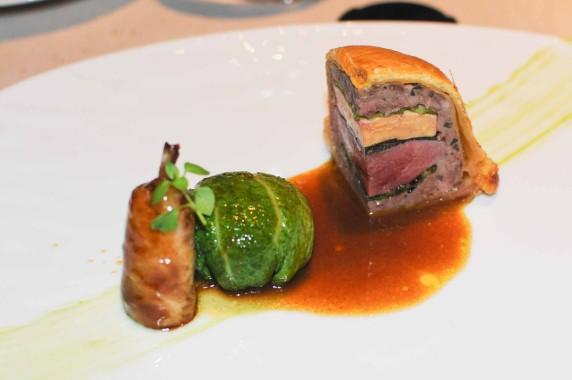 Pigeon de Mme Le Guen en tourte, truffe et foie gras, cuisse confite, embeurrée de chou