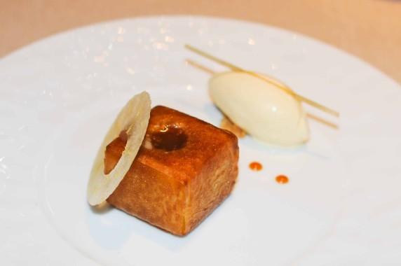Pré dessert: pomme croustillante, caramel à la fleur de sel, glace au miel