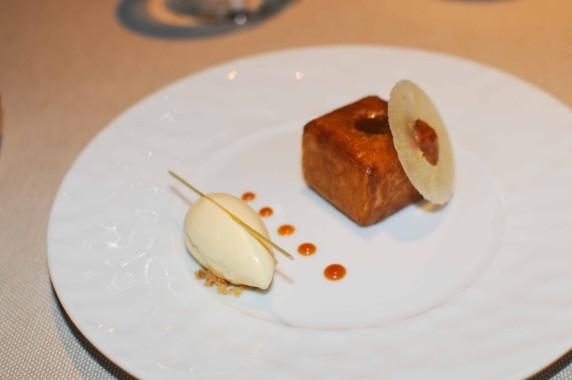 dessert: pomme croustillante, caramel à la fleur de sel, glace au miel