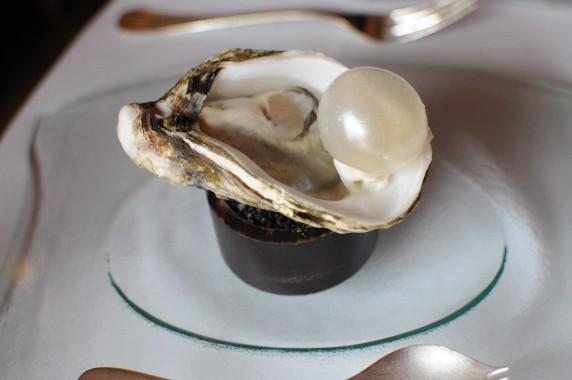 1 Huître pôchée en gelée d'eau de mer, perle fumée au bois de hêtre