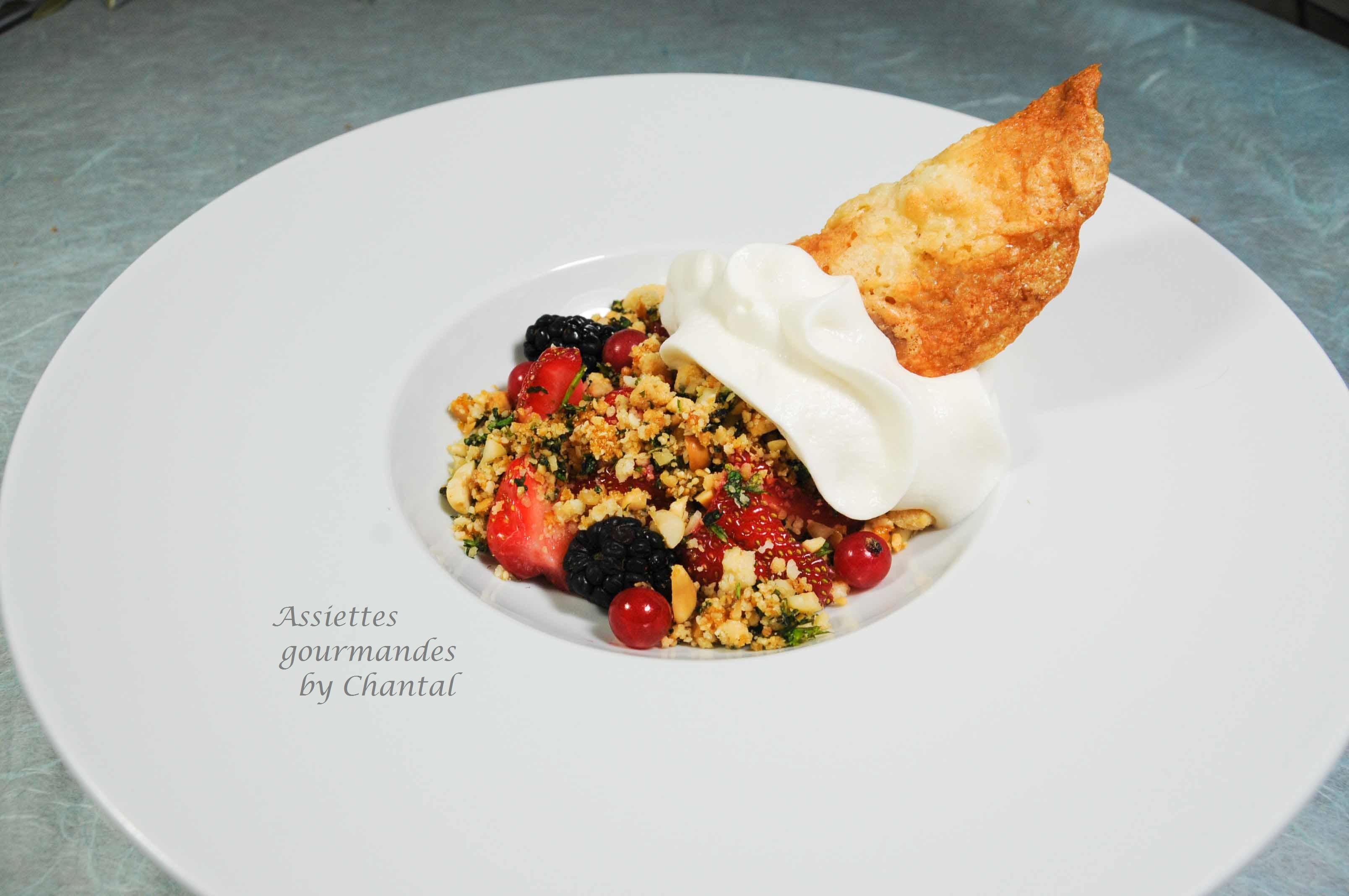 Salade de fraises, crumble menthe et espuma pâte d'amande