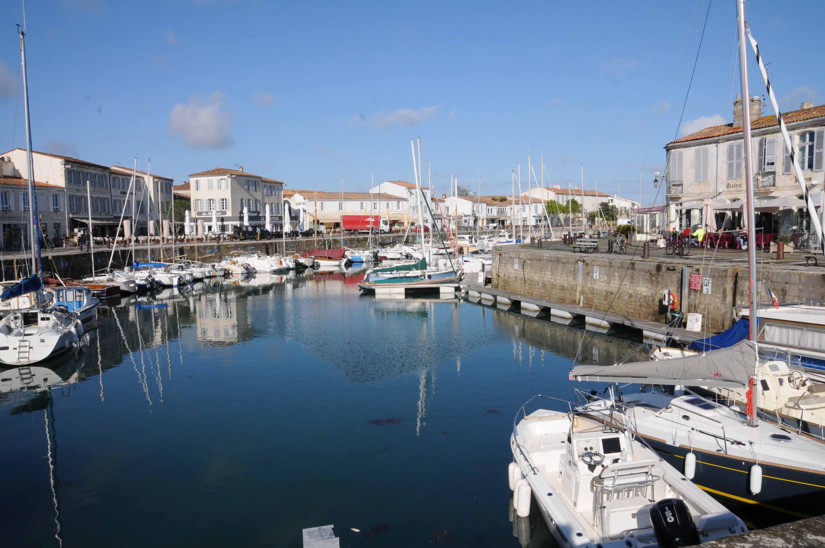 Diner la baleine bleue sur l 39 ile de r - Restaurant l huitre y est port des barques ...