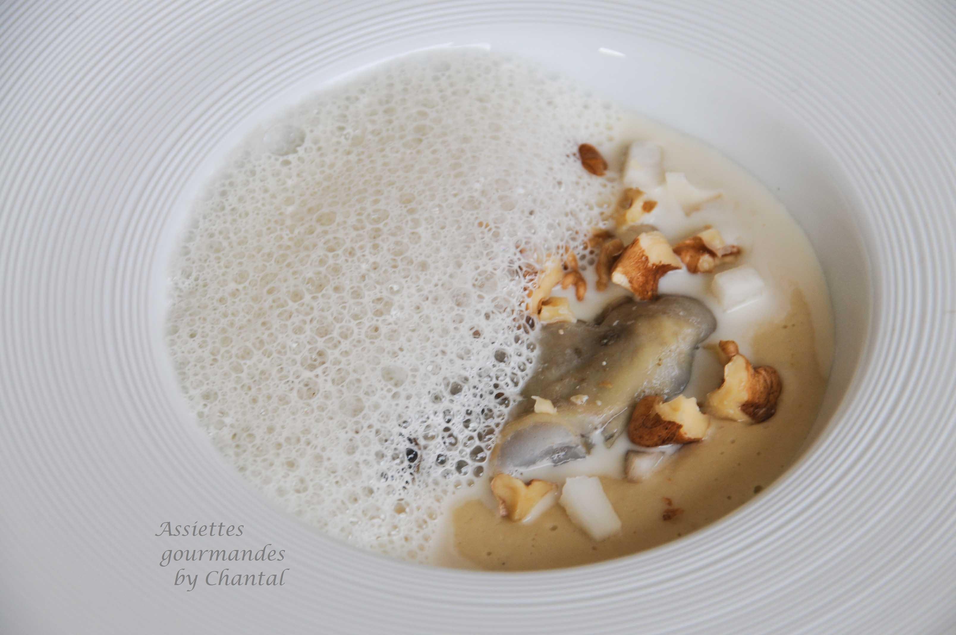 Huître pochée, topinambour et foie gras, émulsion au vin jaune