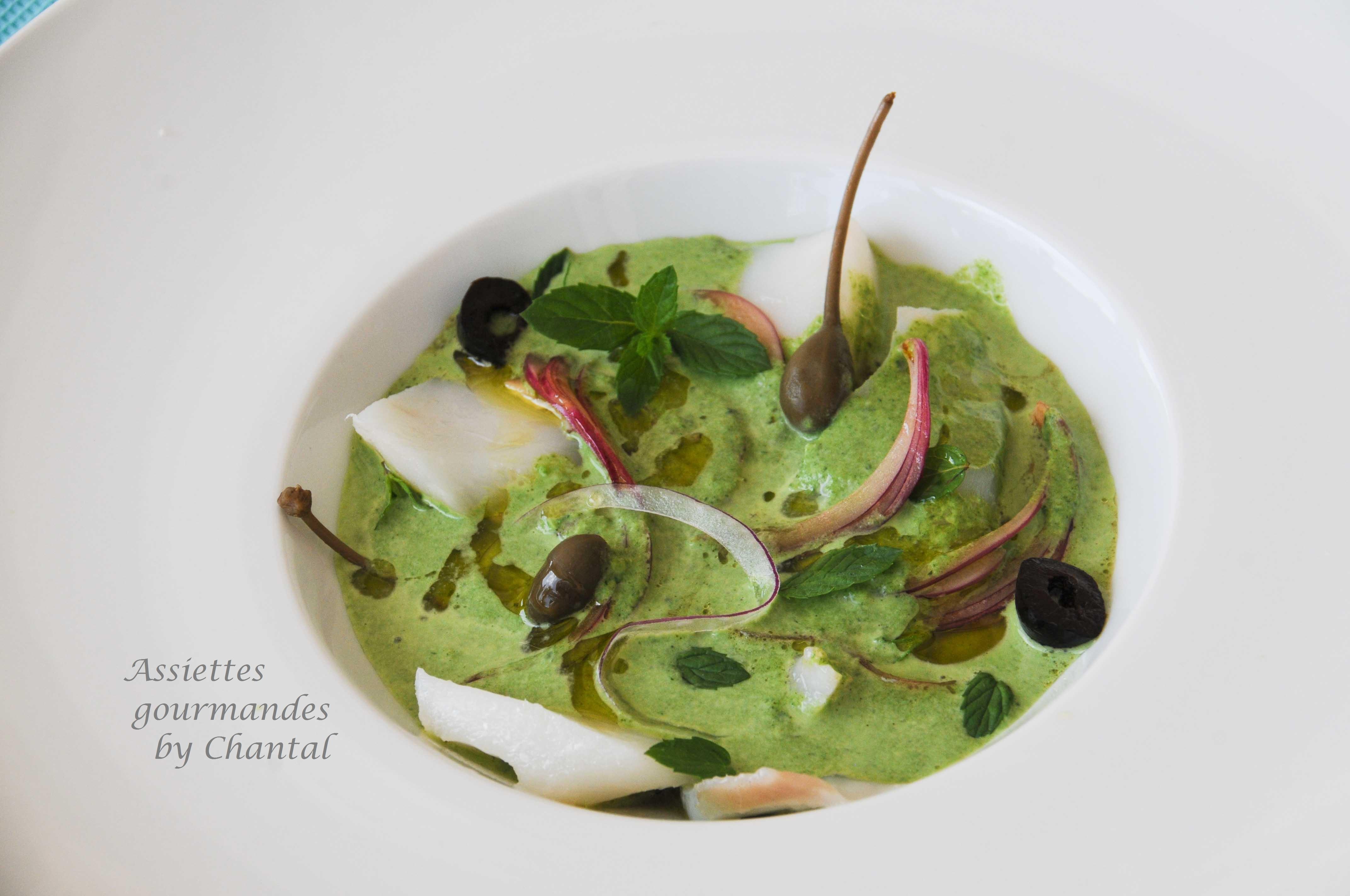 Cabillaud basse température, tapenade, bouillon d'herbes, oignon rouge mariné