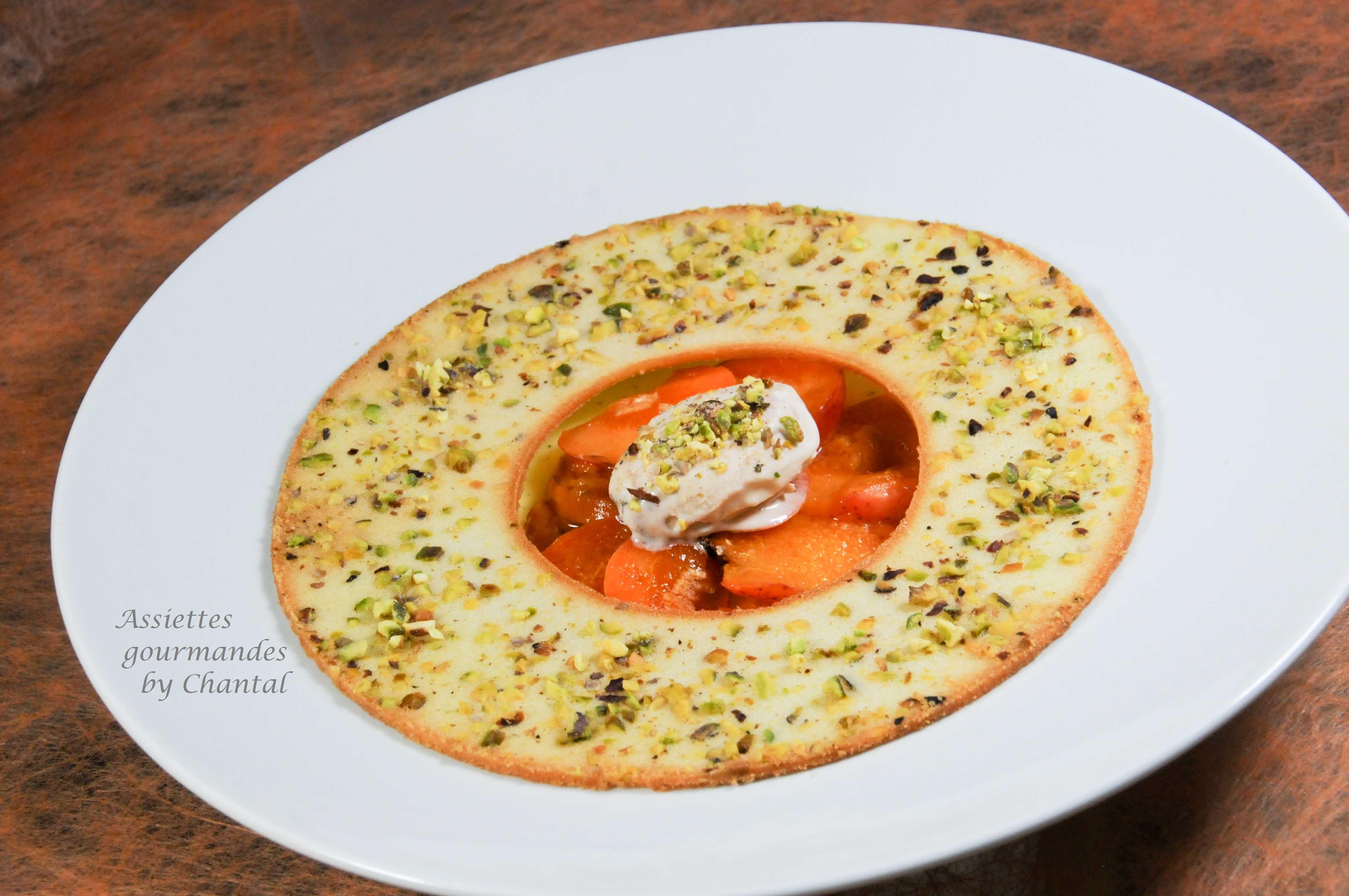 Blanc-manger à la badiane, abricots crus cuits et croustillant aux pistaches