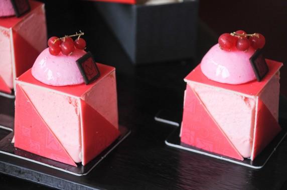 Marc Dambra, Candiz, mousse Champagne rosé et confit de groseilles, biscuit pistaches torréfiées