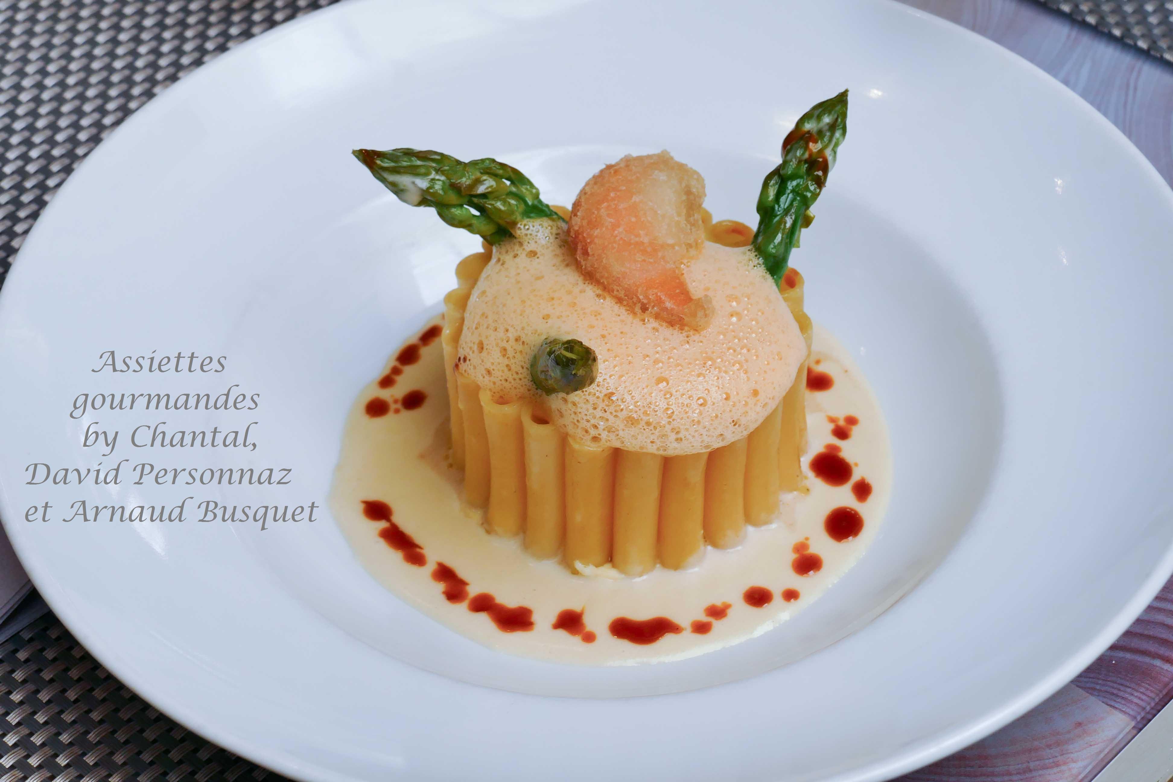Timbale de macaroni, coquillages et Saint-Jacques, bisque de langoustine