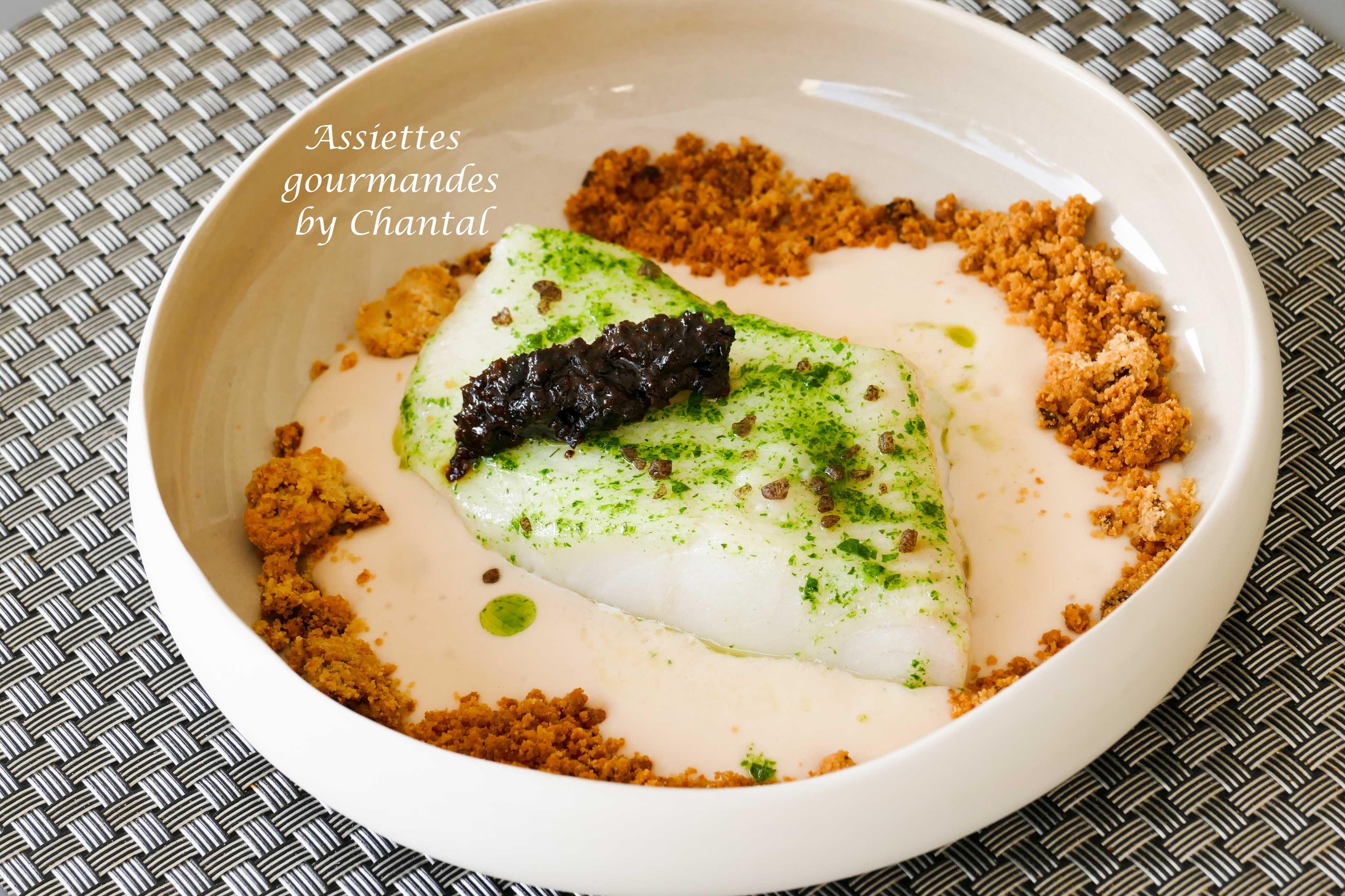 Flétan, haricots, confiture d'olives noires et huile de persil