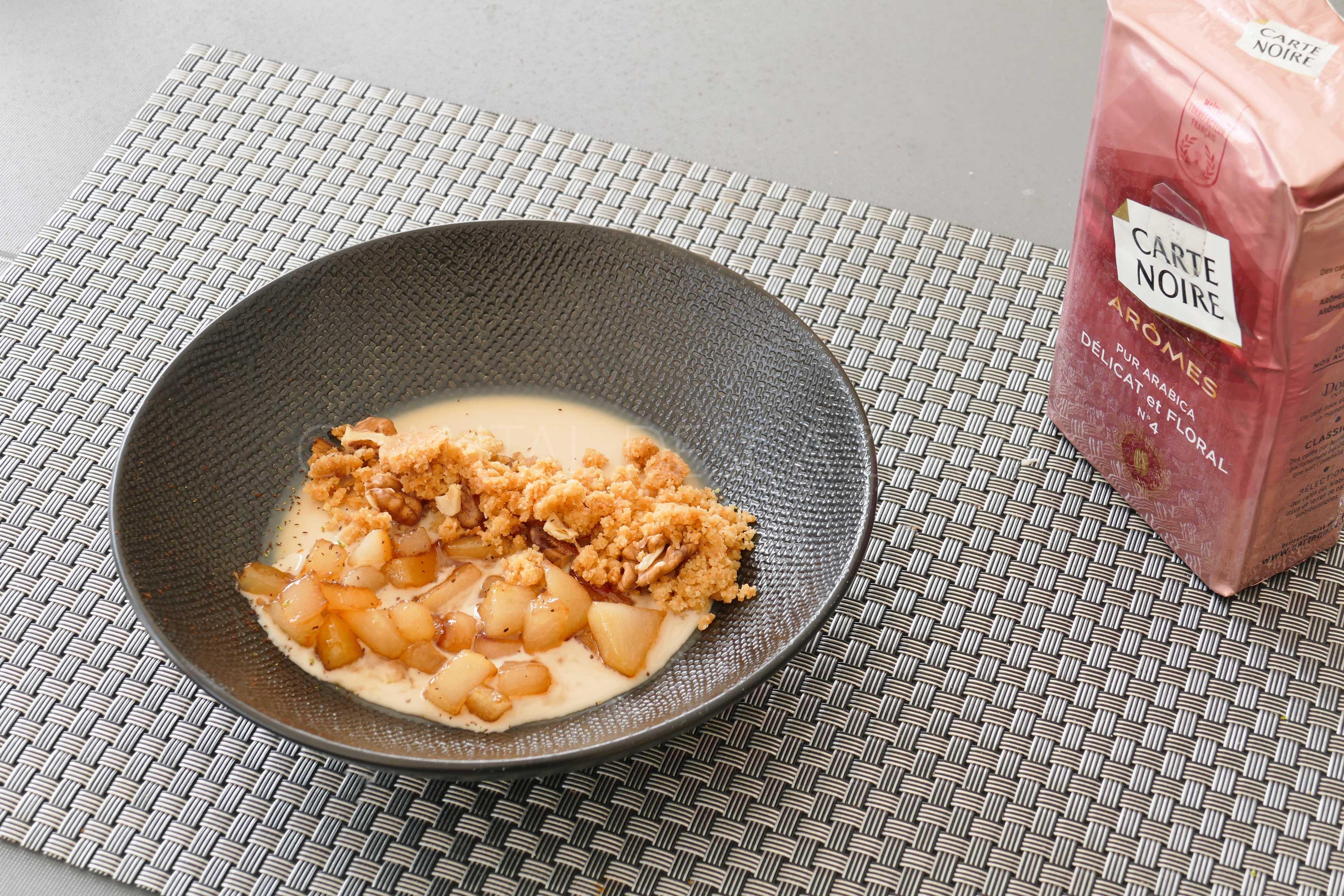 Pannacotta café, poires caramélisées et crumble noix