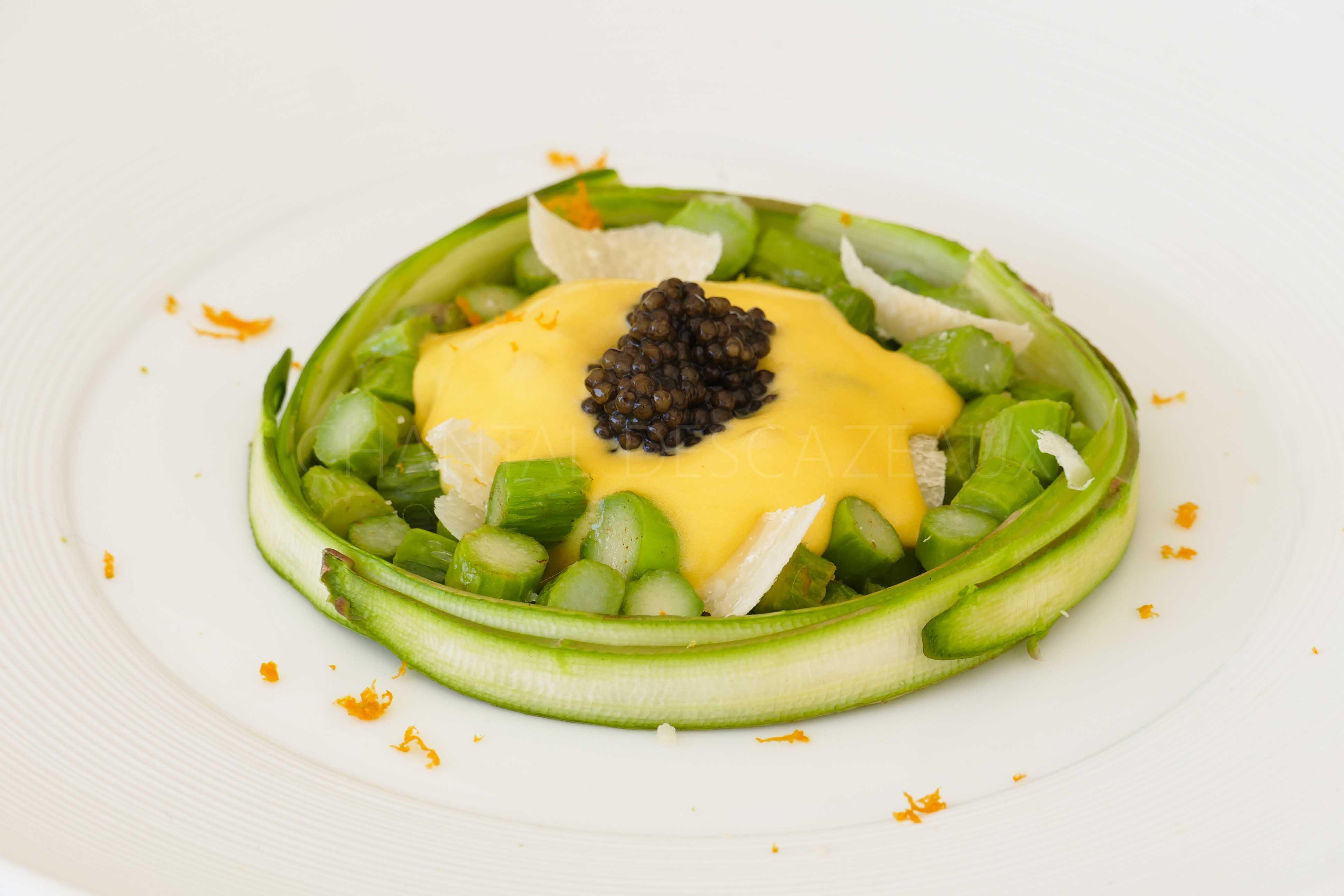 Asperges en chaud froid, sabayon à l'orange, Parmesan et caviar