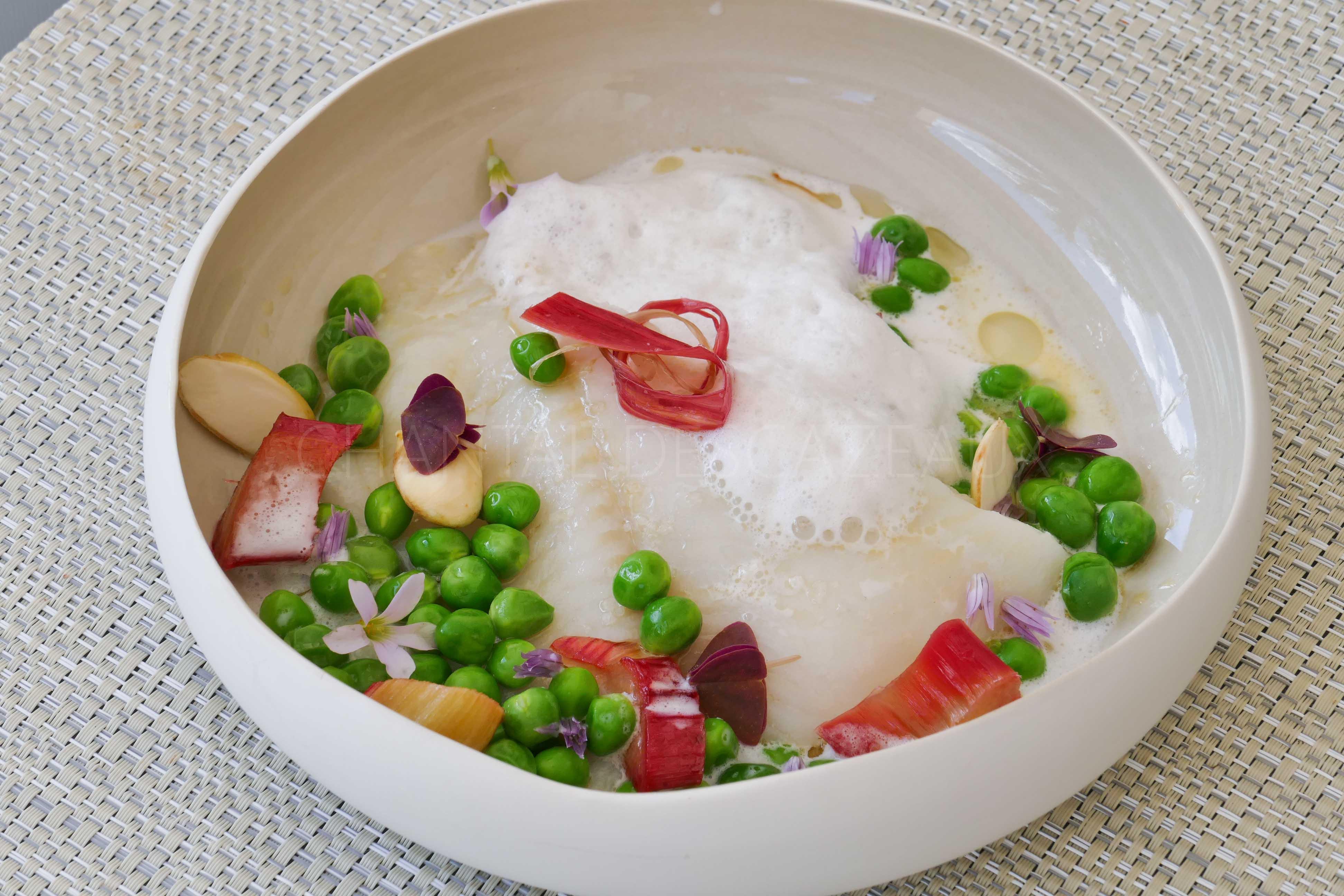 Flétan, petits pois frais, rhubarbe et lait d'amande