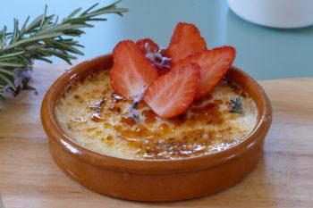 Crème brûlée romarin fraises