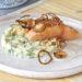 Saumon, oignons frits, écrasée de pommes de terre aux herbes