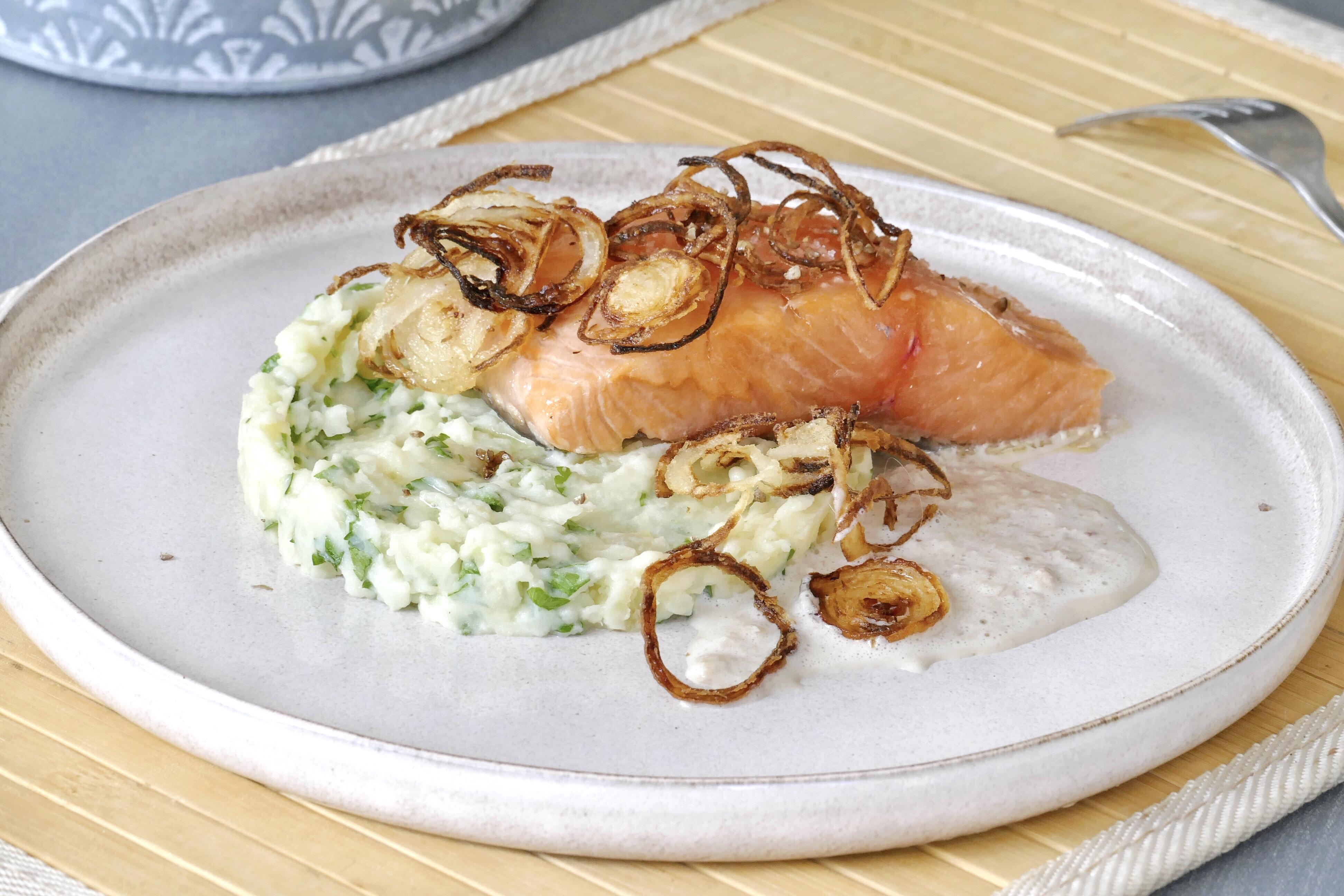 Saumon, écrasée de pommes de terre aux herbes, oignons crispy