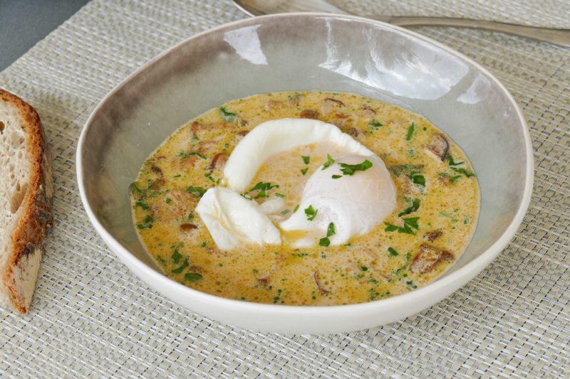 Oeuf poché et soupe aux champignons