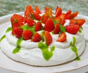 Pavlova fraises, chantilly orgeat et sirop de petits pois