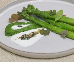 Asperges vertes, yaourt de brebis, oseille - recette d'Olivier Nasti