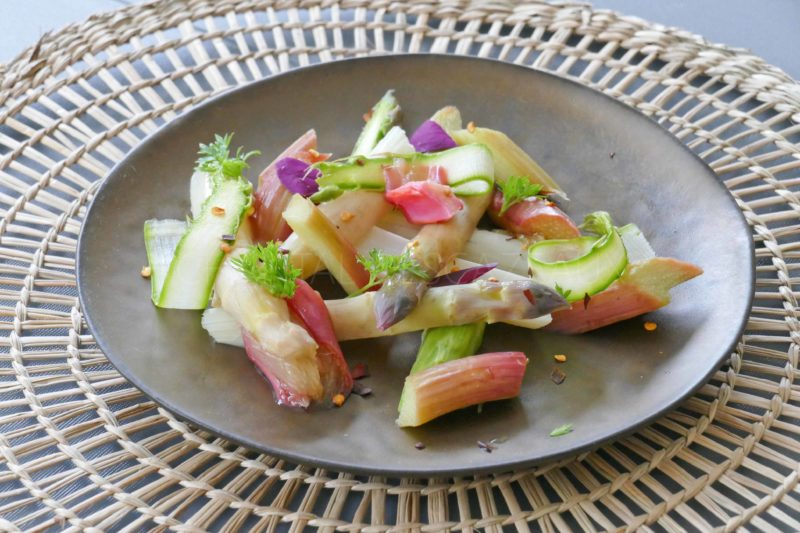 Salade asperges et rhubarbe, vinaigrette à l'orange